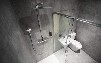 tudor_inn_hotel_bathroom1