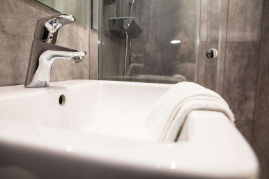 tudor_inn_hotel_bathroom2