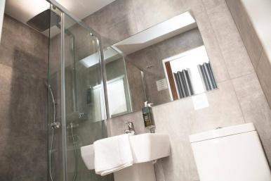 tudor_inn_hotel_bathroom3