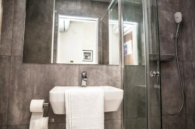 tudor_inn_hotel_bathroom5